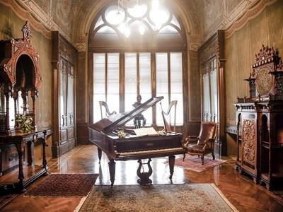 Старинен роял е поставен в една от най-красивите зали на старческия дом.