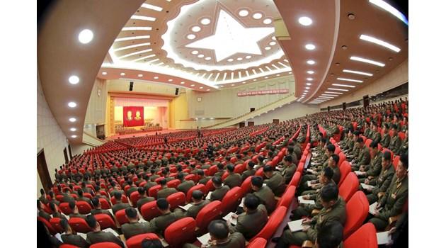 Абсурдите в Северна Корея: За какво екзекутират, как се празнува по време на глад и какво наказание носи мачкането на вестник