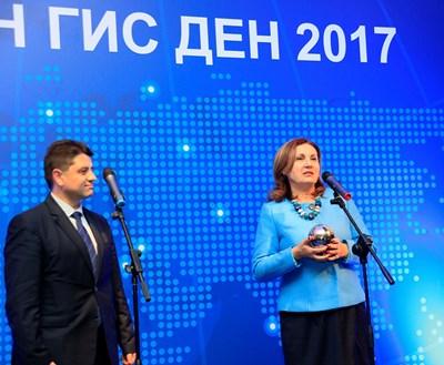 Румяна Бъчварова връчи наградата на зам.-министъра на вътрешните работи Красимир Ципов СНИМКА: Десислава Кулелиева