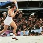 Сергей Белов бяга с олимпийския огън върху главите на войниците, за да даде начало на московската олимпиада.