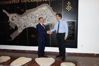 Кметът Николай Димитров и ръководителят на проекта д-р Георги Георгиев се поздравяват за доброто сътрудничество.
