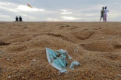 Поради липса на указания за рециклиране маските попадат по плажове и във водни басейни.   СНИМКА: РОЙТЕРС