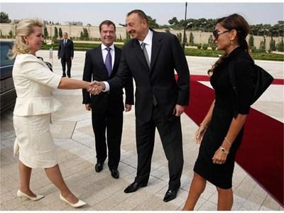 Президентът на Азербайджан Алиев и съпругата му Мехрибан (вдясно) посрещат Медведев и руската първа дама Светлана на летището в Баку. СНИМКИ: РОЙТЕРС