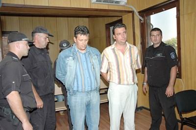 Марин Бърдаров (вдясно) и Христо Танчев в съдебната зала преди 13 г., когато бяха задържани при акция на РЗБОП-Благоевград.