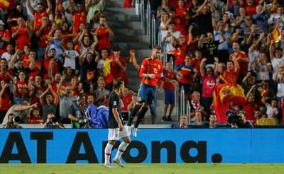 Капитанът на Испания Серхио Рамос е подскочил от радост след гола си срещу Хърватия. Защитникът вкара за 5:0, а на стадиона в Елче домакините спечелиха мача от Лигата на нациите с 6:0. СНИМКА: РОЙТЕРС