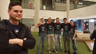 Александър Геренски (на преден план) заедно с отбора по електронни спортове