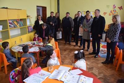 Министър Вълчев се запозна с малките ученици в село Майско