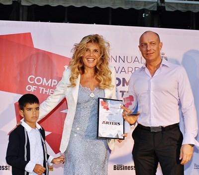 """Арх. Весела Мирянова и нейният внук получават отличието """"Компания на годината""""."""