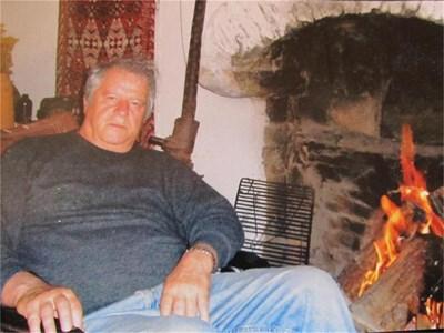 Михаил Кръстев изтегнат пред огнището в Керимовата къща. Зад него, подпряна на стената, е американската картечница. СНИМКИ: АРХИВ НА МИХАИЛ КРЪСТЕВ