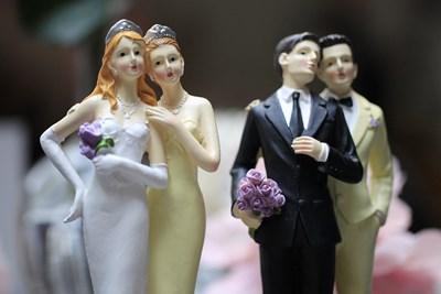 Фигурки на еднополови двойки се предлагат в сватбен салон в Париж. Френският парламент одобри през 2013 г. закон, който позволява на гей двойки да се женят и да осиновяват деца. СНИМКА: РОЙТЕРС