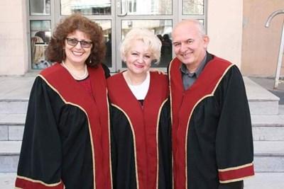 Проф. Теменужка Йовчева (вляво) поема един от най-важните ресори във вуза