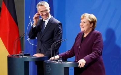 На съвместна конференция с генералния секретар на НАТО Йенс Столтенберг Меркел заяви, че изказването на Макрон едва ли е необходимо. Снимка РОЙТЕРС