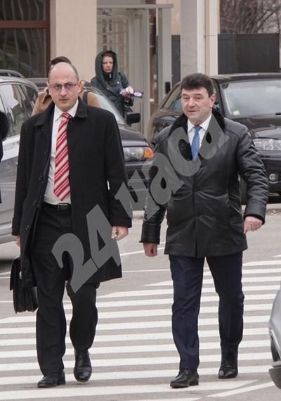 Живко Мартинов (вдясно) с един от адвокатите си - Христо Ботев. СНИМКА: 24 часа