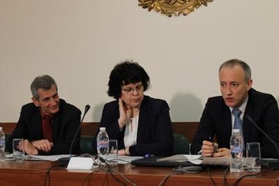 Министърът Красимир Вълчев и заместничката му Таня Михайлова представят идеите. СНИМКА: Авторът