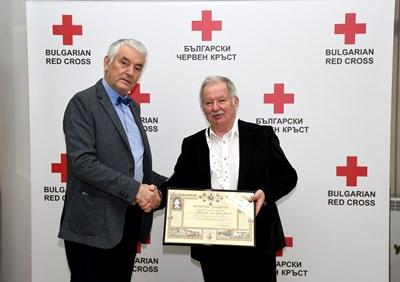 Акад. Христо Григоров връчи на проф. Цоло Вутов почетен знак и грамота за принос към БЧК
