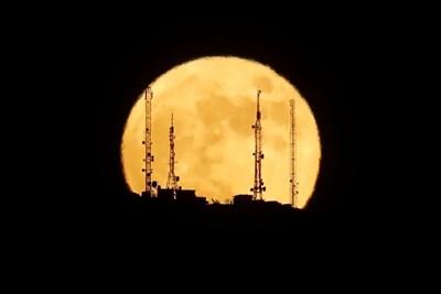 Ягодовата луна видяна от Испания СНИМКИ: Ройтерс