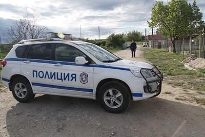 Районът около Костенец е под полицейска обсада от петък. СНИМКА: Десислава Кулелиева