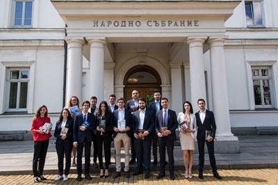 """Кандидатите от """"Път на младите"""" дариха 17 книги за библиотеката на Народното събрание с призив депутатите да четат повече."""