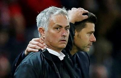 """Моуриньо и Почетино се поздравяват след мач между """"Манчестър Юнайтед"""" и """"Тотнъм"""". СНИМКА: РОЙТЕРС"""