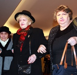 Татяна Лолова, подкрепяна от приятелката си Юлия Пискулийска и драматурга на театъра Богдана Костуркова (вдясно)