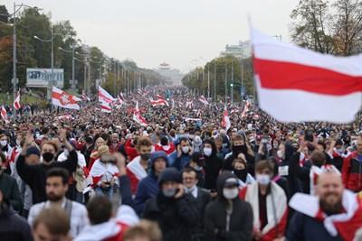 Над 100 000 излязоха по улиците в Беларус, за да протестират отново срещу преизбирането на дългогодишния президент Александър Лукашенко СНИМКИ: Ройтерс
