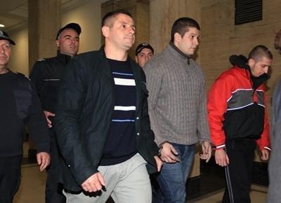 Иво Тилков - по средата - заснет през 2013 г., когато беше задържан  СНИМКА: Румяна Тонева/Архив