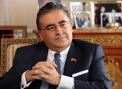 Д-р Хасан Улусой е посланик на Турция в България от 21 ноември 2017 г. Роден е на 15 септември 1966 г. в Гьореле/Гиресун. Завършил е Факултета по политически науки на Истанбулския университет и е защитил докторантура в Близкоизточния технически университет. Служил е в дипломатически мисии на Турция в Нигерия, Иран и Швейцария, бил е и зам.-постоянен представител в ПП на Съвета на Европа в Страсбург. Първият му пост като посланик е бил в Ниамей, Нигер (2012-2014). СНИМКА: Румяна Тонeва