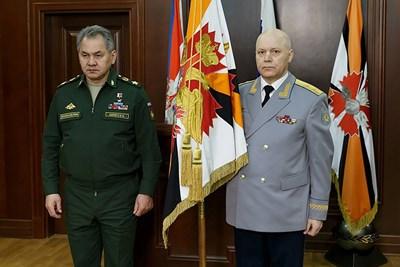 Министърът на отбраната на Русия Сергей Шойгу (вляво) и шефът на ГРУ Игор Коробов на церемония в Москва.