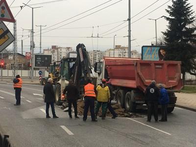 ВиК аварията до Сточна гара в Пловдив е голяма, разкопаха централния булевард