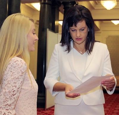 """Шефката на депутатите от ГЕРБ Даниела Дариткова получава проекта на """"24 часа"""" за отпадане на лицемерната забрана."""