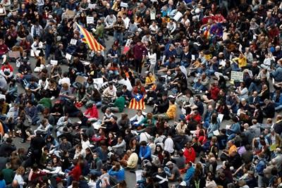 Санчес бе посрещнат от стотици мирни демонстранти, които пееха каталунския химн. Снимка РОЙТЕРС