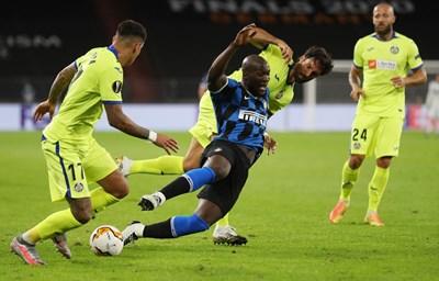 "Ромелу Лукаку е фаулиран от Чаби Ечеита (""Хетафе"") при победата на ""Интер"" с 2:0. СНИМКА: РОЙТЕРС"