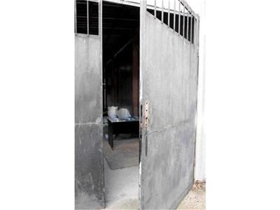 """Вратата на склада, от който обирджиите задигнали плячката си. СНИМКИ: """"24 ЧАСА"""""""