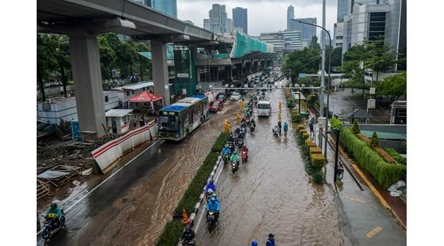 Тежки наводнения сполетяха столицата на Индонезия