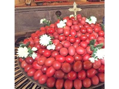 На Великден храмовете осветяват и раздават червени яйца като символ на Възкресение Господне