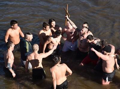 Ивайло Енчев за втори път извади кръста от река Осъм в Ловеч  СНИМКИ: Авторката