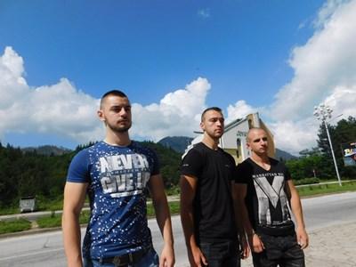 """Трима от младежите, спасили давещата се жена в езерото """"Рибката"""" над Смолян - от ляво на дясно са Наско, Любен и Мирослав.  СНИМКА: АВТОРЪТ"""