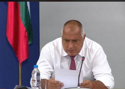 Премиерът чете писмо на НСО до няколко институции, в което се иска да се забрани достъпът по море до брега край резиденцията на Доган. Кадър и видео Фейсбук/Бойко Борисов