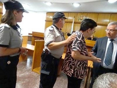 Сложиха белезници на Ройдова, щом съдът постанови ефективно наказание.