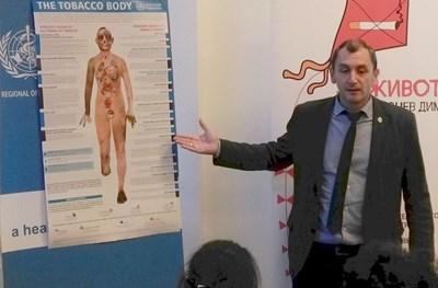Доц. Михаил Околийски от СЗО показва постер, с който организацията онагледява как изглежда тялото на дългогодишния пушач отвътре. СНИМКА: Любомира Николаева