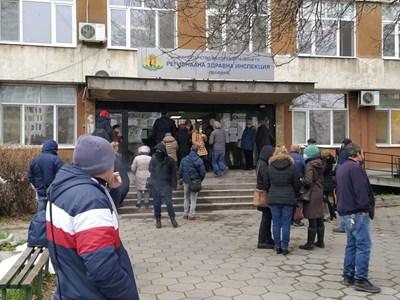 Желаещите да се ваксинират чакаха на опашки пред сградата на РЗИ.