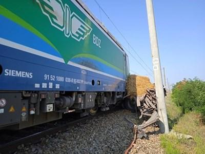 Камионът със сено се опитал да премине през жп линиите.
