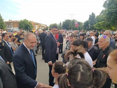 Румен Радев се ръкува с жители на Съединение. Снимки: Авторът