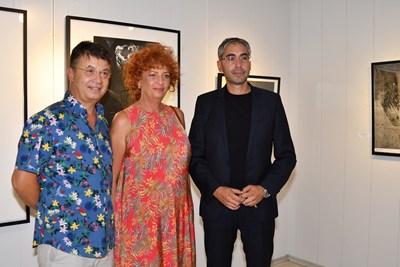 Людмил Георгиев заедно със съпругата си Мариела Гачевска и кмета на Кнежа Илийчо Лачовски. СНИМКА: Личен архив