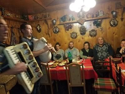 В една от махалите на Момчиловци правят мажирски празник повече от 80 години. По-рано канели музиканти, сега си имат свои.