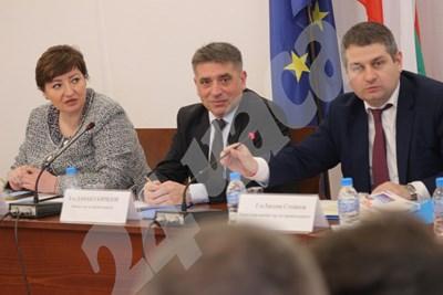 Данаил Кирилов ( по средата) СНИМКИ: Румяна Тонева СНИМКА: 24 часа