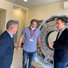 Кметът Димитър Николов обсъжда със специалисти възможностите на суперапарата.