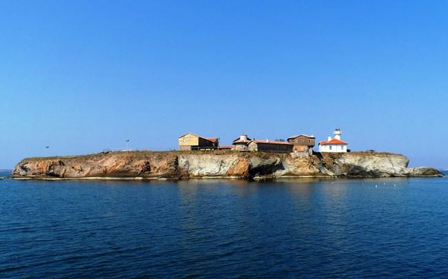 Община Бургас пусна корабче до Света Анастасия, което превозва туристи през лятото.