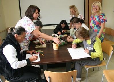 Пациентите рисуват в часовете за свободни занимания в пловдивската психиатрия, където са създадени добри условия за лечението и престоя им