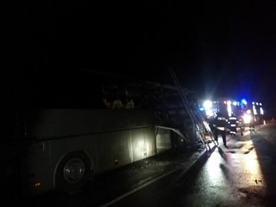 Запалилият се в движение автобус превозвал 51 пътници от Одрин към Варна. Снимки:Пътна полиция